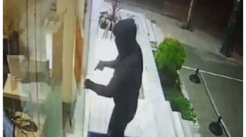 Μοσχάτο: Χτύπησε την πόρτα με την κάννη του όπλου, του άνοιξαν και τους λήστεψε (VIDEO)